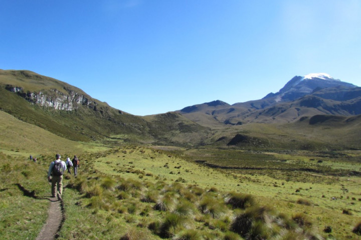 Trekking por el volcán Santa Isabel en el Parque Nacional Los Nevados