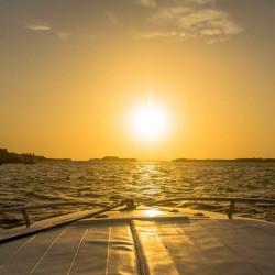 Navegación al atardecer en bote exclusivo por la bahía de Cartagena (10 personas)